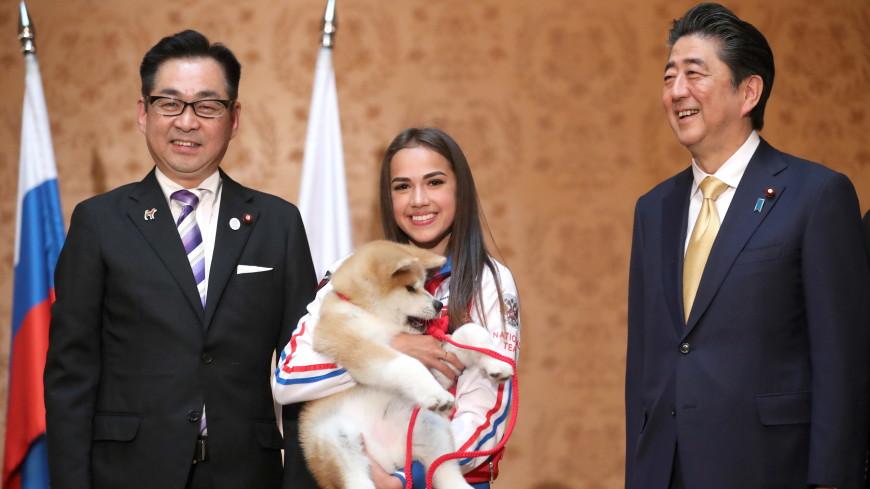 Загитова подарила премьеру Японии плюшевую собаку породы акита-ину