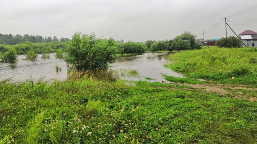 Новый паводок в Иркутской области: местные жители укрепляют берега