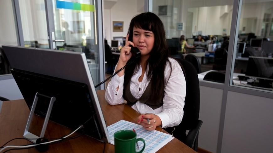"""Фото: Алан Кациев (МТРК «Мир») """"«Мир 24»"""":http://mir24.tv/, сотрудник, офис, кабинет, работа, телефон, компьютер, труд, офисная работа, рабочее место"""