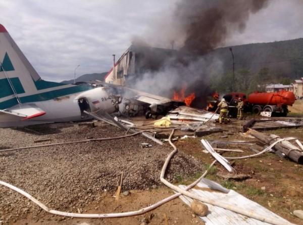 Названы имена пилотов, погибших при аварийной посадке Ан-24