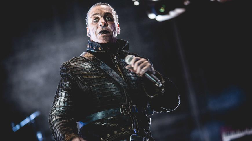 Солист группы Rammstein вступился за подругу и сломал челюсть фанату