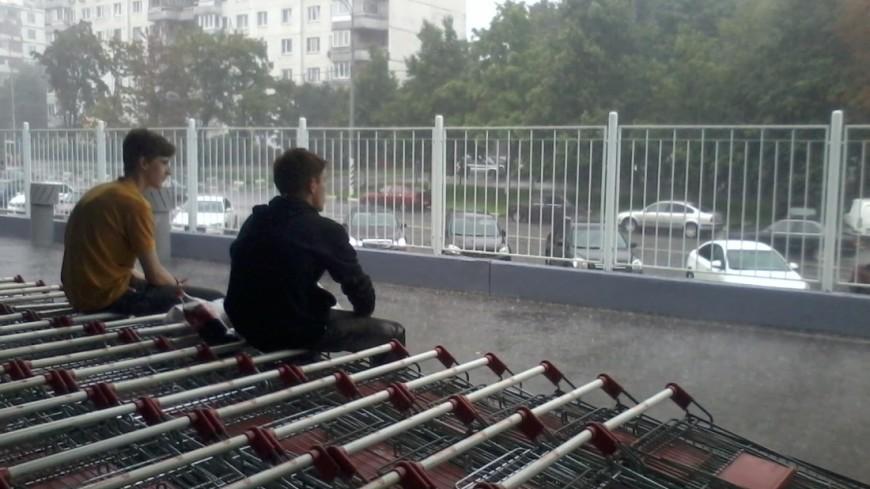 """Фото: Елена Андреева """"«Мир24»"""":http://mir24.tv/, подростки, дождь, торговый центр, дети"""