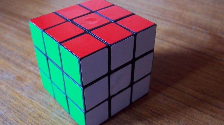Грузинский студент собрал кубик Рубика вниз головой за 13 секунд