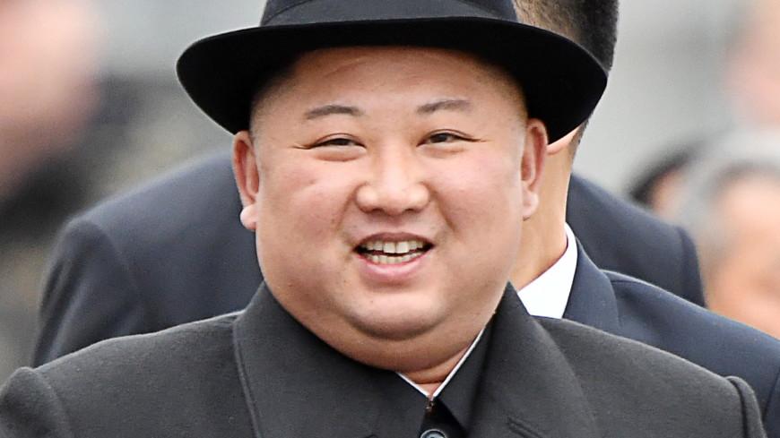 СМИ КНДР разместили фото смеющегося Ким Чен Ына на фоне рыдающих детей