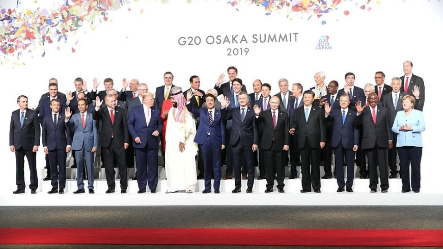 Участников саммита G20 накормили жареным морским чертом и цветами