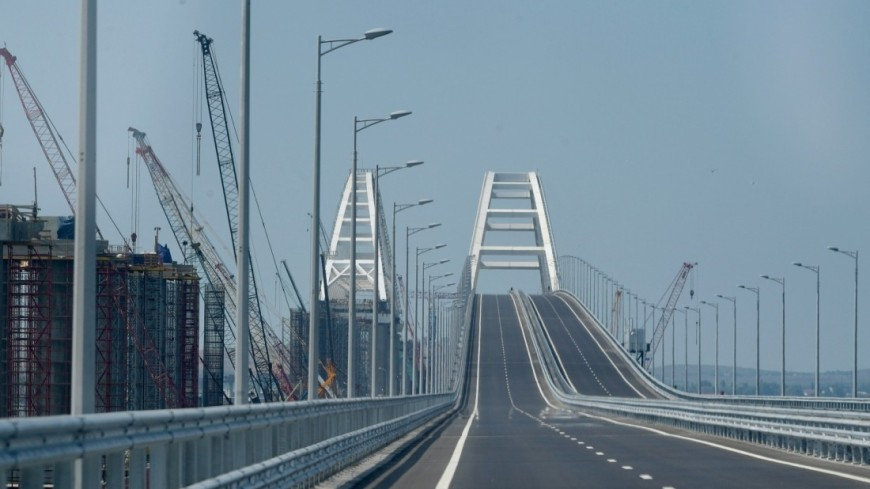 Владимир Путин принял участие в открытии движения по автодорожной части Крымского моста. Президент проехал за рулём головной машины в колонне строительной техники.