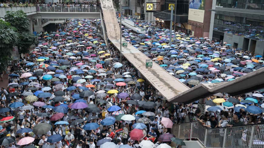 В Гонконге тысячи протестующих вновь вышли на улицы