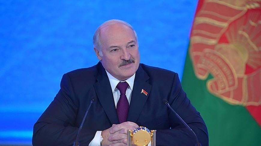 Лукашенко подарил Си Цзиньпину бронзового аиста и продукты с малой родины