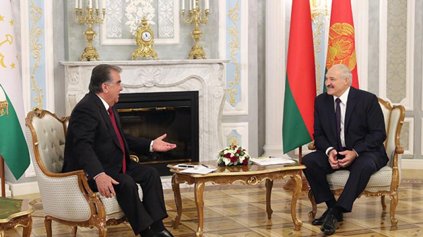 Лукашенко подарил Рахмону копию Слуцкого пояса и панно из мореного дуба
