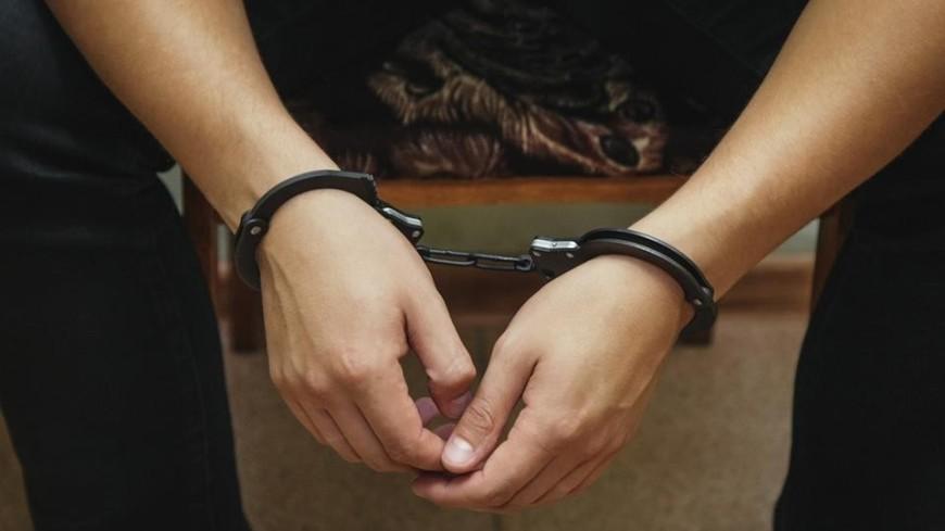 Мужчина в наручниках,полиция, наручники, арест, допрос, ,полиция, наручники, арест, допрос,