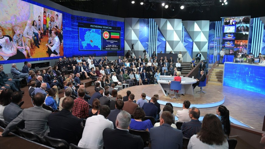 Путин ответил на 12 вопросов за час прямой линии