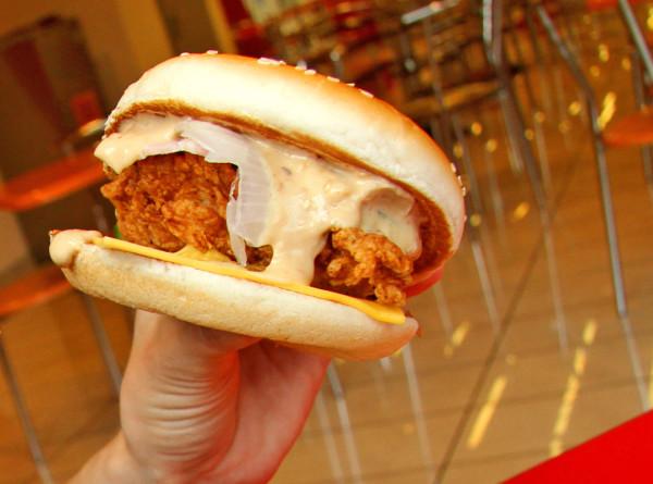 Тайванец откусил кусок гамбургера и проткнул язык иглой
