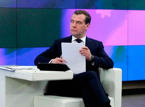 Медведев утвердил индексацию зарплат бюджетников