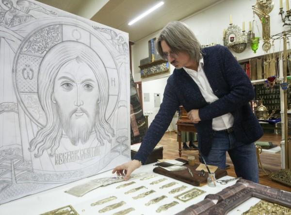 Чеканка и эмаль: кто и как делает иконостас главного храма ВС России