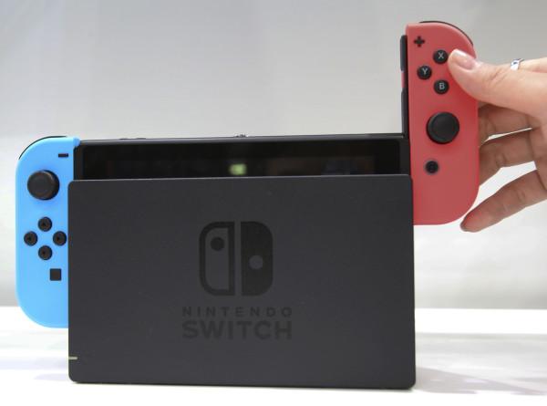 Приставку Nintendo Switch могут выпустить в двух версиях