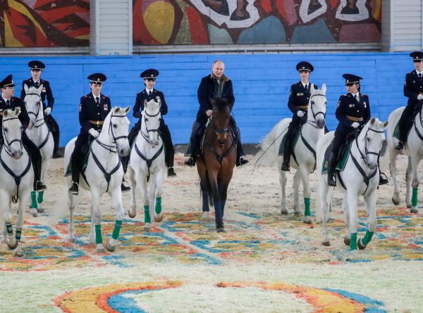 Путин на коне поздравил женщин-полицейских и получил подкову на удачу (ФОТО)