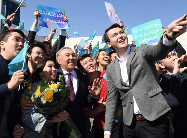 Назарбаев сделал в Алматы селфи со студентами