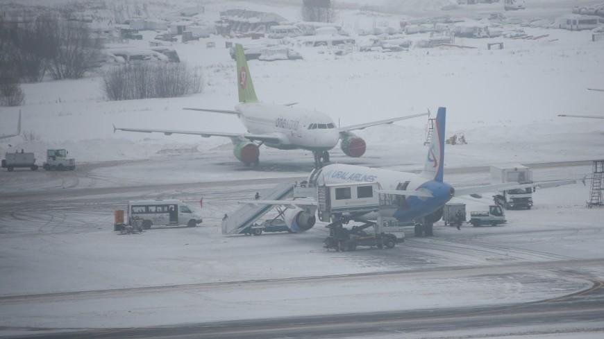 В аэропорту Ноябрьска спецмашина столкнулась с самолетом