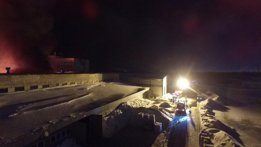 В Казани потушили пожар на складе с древесиной