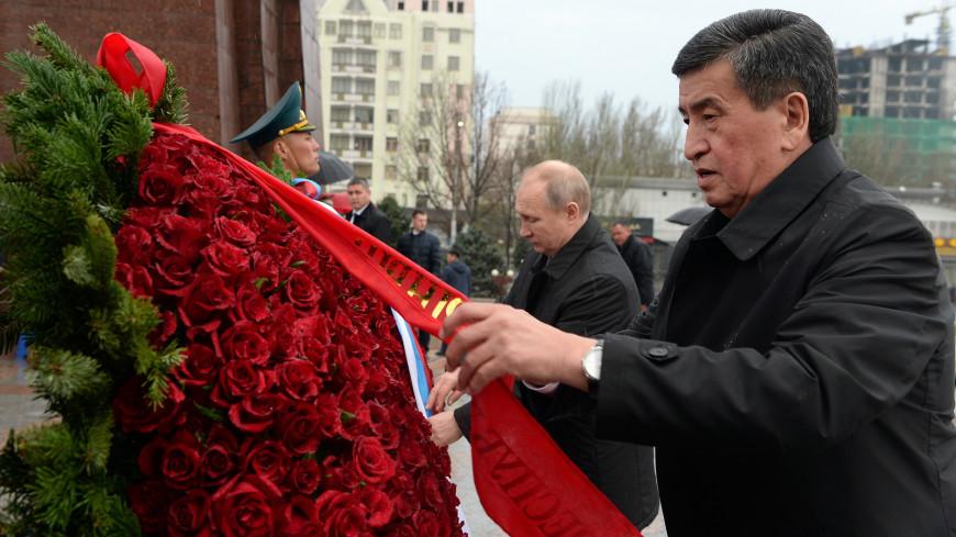 Путин и Жээнбеков возложили венки к Вечному огню в Бишкеке