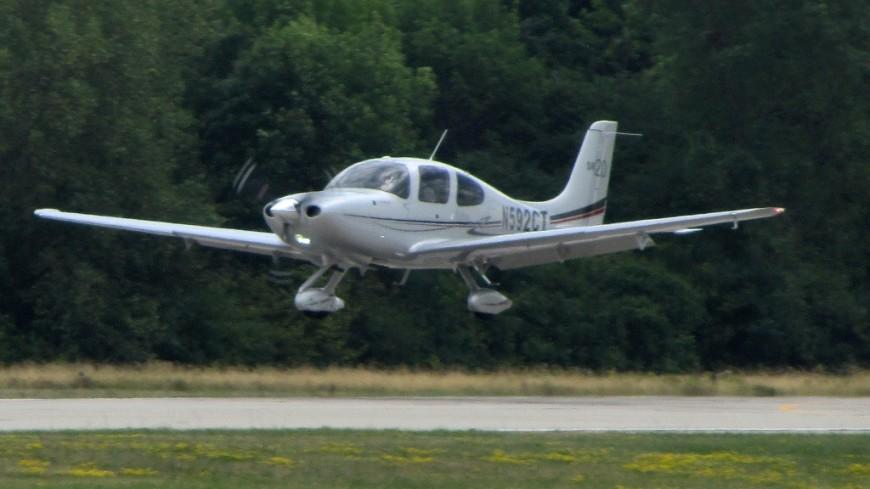 В Канаде падающий самолет едва не протаранил машину на шоссе