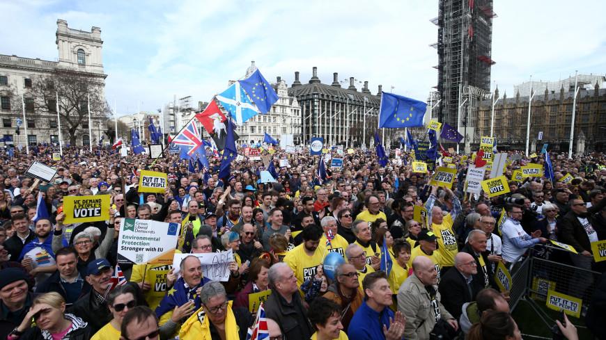 Десятки тысяч британцев вышли на улицы с требованием референдума о Brexit