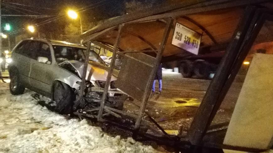 BMW протаранила автобусную остановку в Москве