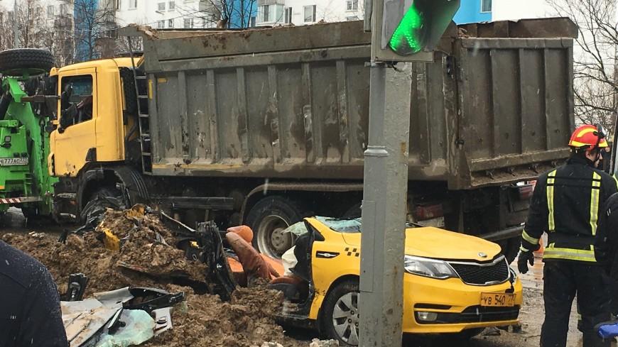 Грузовик с щебнем упал на такси на юге Москвы: погиб человек