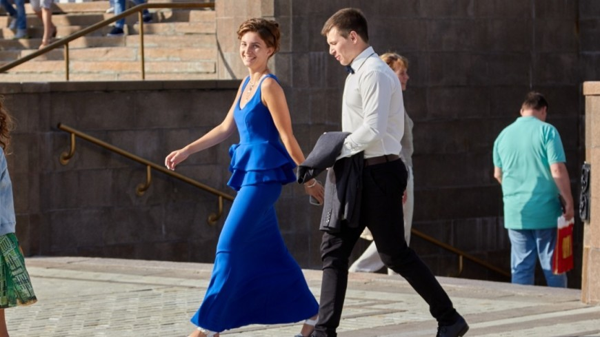 Нарядная пара на улице,пара, любовь, наряд, вечеринка, радость, ,пара, любовь, наряд, вечеринка, радость,
