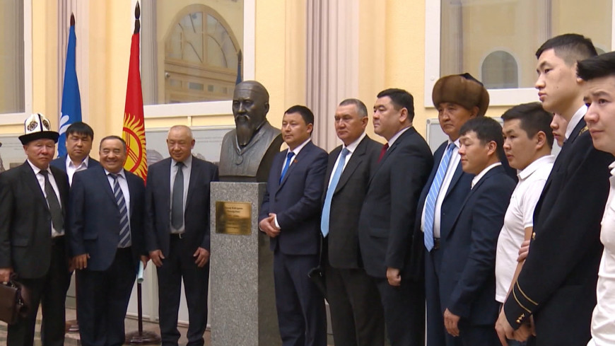 Подарок от потомков: в Петербурге открыли бюст героя Кыргызстана Кыдыра Байсары
