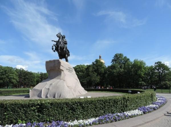 Душ для Медного всадника: к Дню города в Петербурге моют памятники