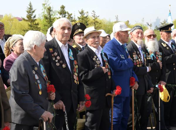 Токаев возложил цветы к монументу «Защитники Отечества»