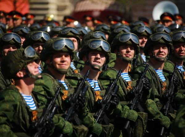 Чеканный шаг и рев моторов: генеральная репетиция парада Победы в Москве (ФОТО)