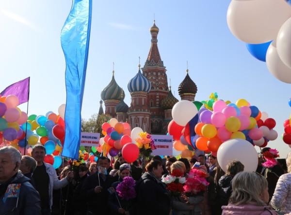 Шары, цветы, лозунги: по Москве шагает Первомай (ФОТО)