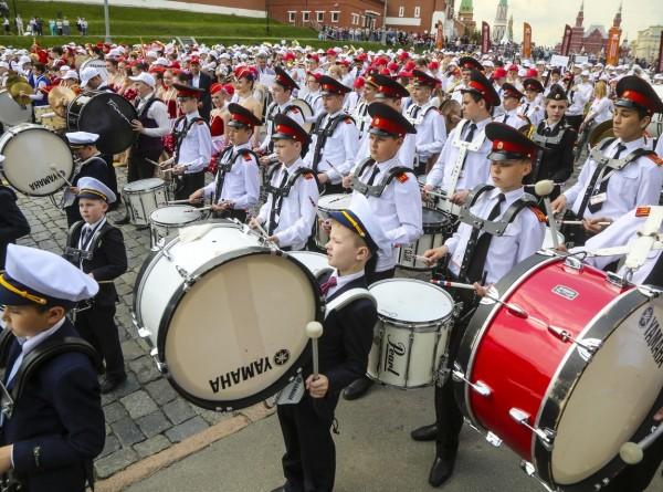 1400 музыкантов Сводного детского духового оркестра и 300 участников Сводного хора выступили на площади Васильевского спуска