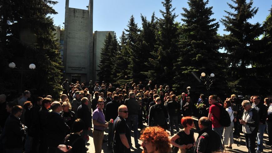 Сотни человек пришли проститься с Сергеем Доренко в Москве