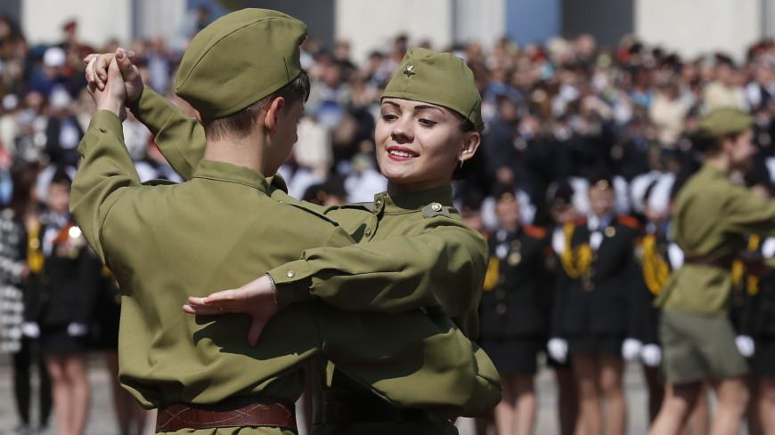 Более полутысячи человек в Москве закружились в победном вальсе