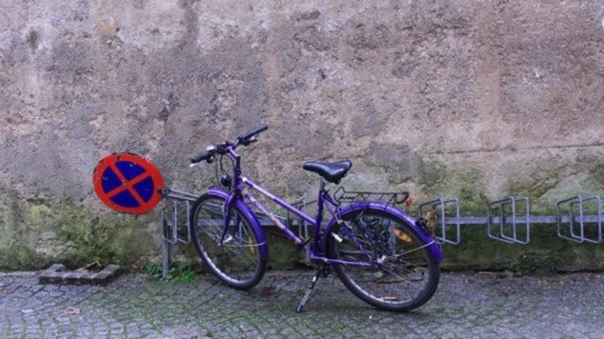 велосипед на парковке, велосипед