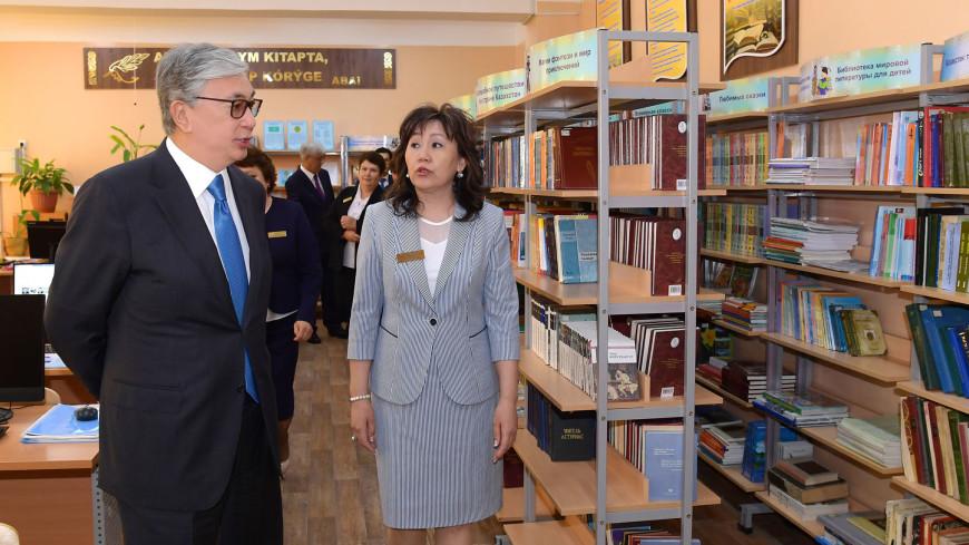 Токаев посетил школу под Алматы, названную именем его отца
