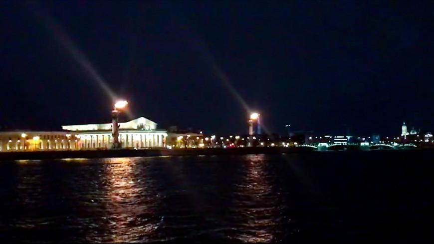 В Петербурге в честь чемпионства «Зенита» зажгли ростральные колонны