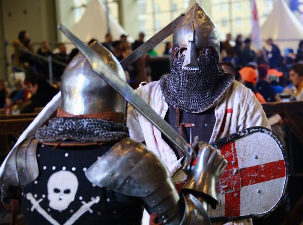 Жаркая атмосфера Средневековья: в Москве прошел крупнейший в мире рыцарский турнир