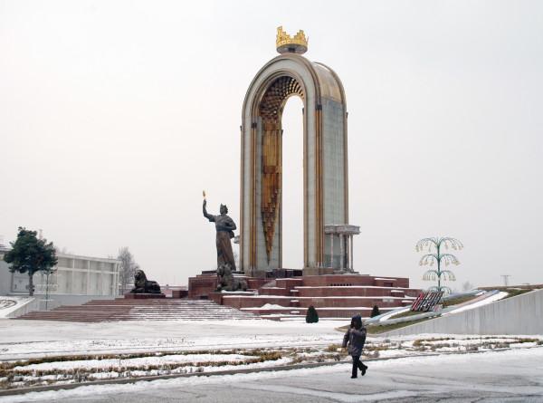 Зима близко: в Душанбе пошел первый снег
