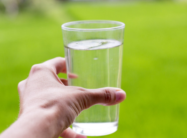 Минеральная, фильтрованная, природная: эксперты рассказали, какая вода опасна для жизни