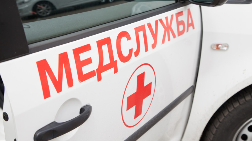 Машина без водителя сбила женщину с ребенком в Омске