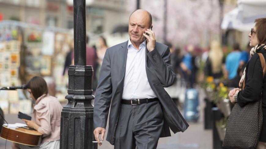Лица. Мужчина разговаривает по мобильному телефону
