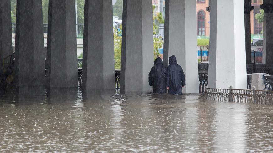 Москва в буквальном смысле поплыла из-за сильных дождей. На город обрушилась ливневая стена - такого, по данным синоптиков, не было уже 130 лет. ,дождь, ливень, лужа, погода, Яуза, река,дождь, ливень, лужа, погода, Яуза, река