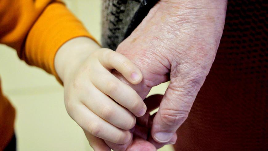 """Фото: Татьяна Рублева (МТРК «Мир») """"«Мир 24»"""":http://mir24.tv/, пенсионер, пенсионеры, руки, внук, родство, нежность, любовь, дети, семья"""