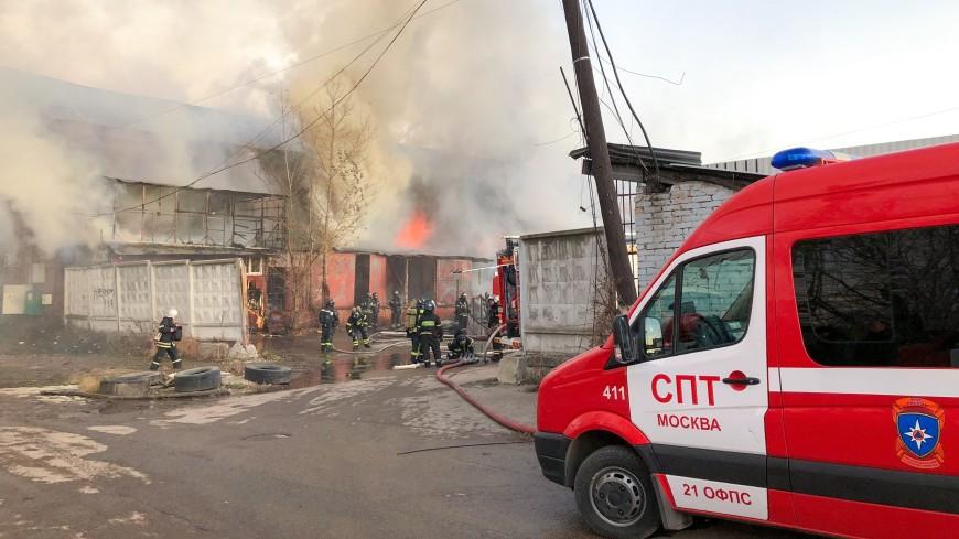 Комсомольскую площадь окутал дым из-за сгоревших на складе елок и цветов