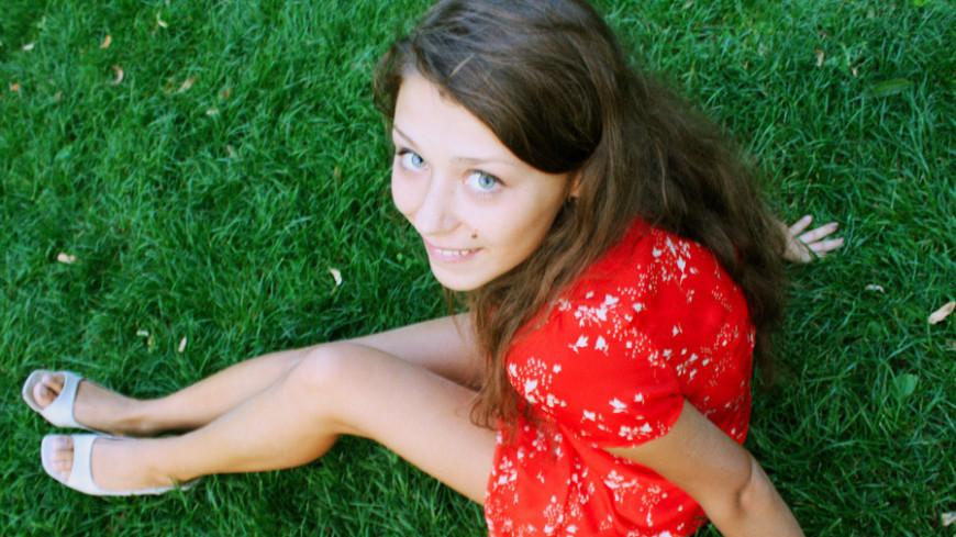 """Фото: Елена Андреева, """"«Мир24»"""":http://mir24.tv/, девушка, цвета, зеленый, красный, оранжевый, парк, эмоции, радость, счастье"""