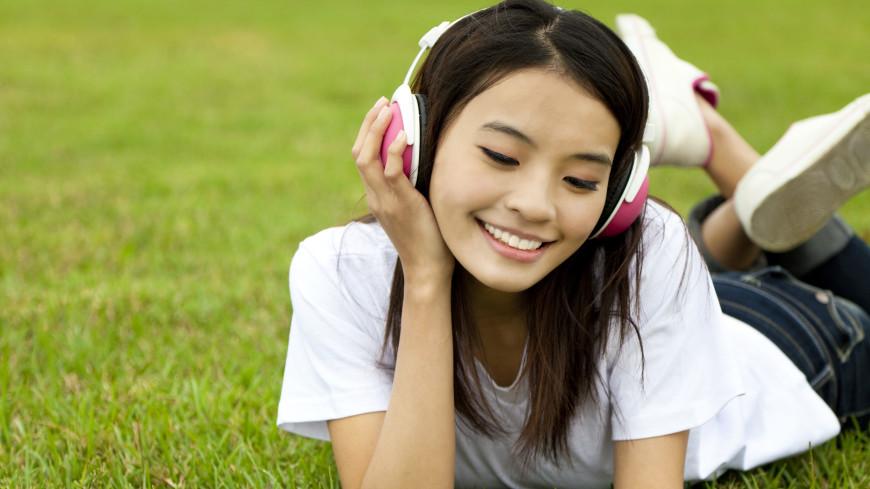 Названы песни, которые не надоедает слушать от начала и до конца
